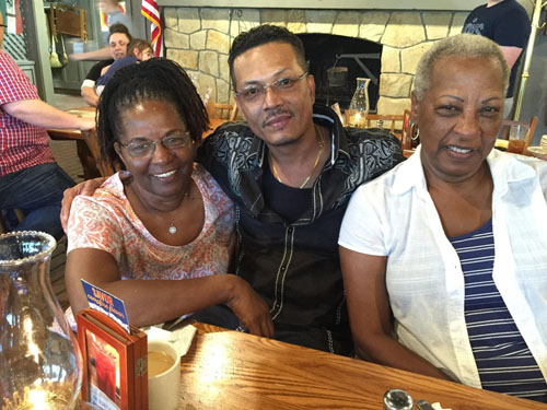 Robert Huynh và hai côMable Charles (trái)và Bennye Hayes ở Sulphur Springs, Texas, năm2016. Ảnh: Washington Post/ Robert Huynh.