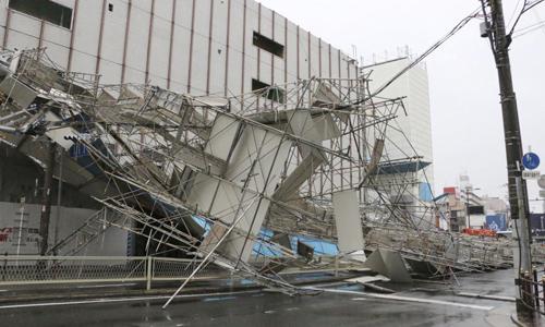 Một tòa nhà đổ sập khi bão Jebi đổ bộ thành phố Osaka, phía tây Nhật Bản vào hôm nay. Ảnh: Kyodo.