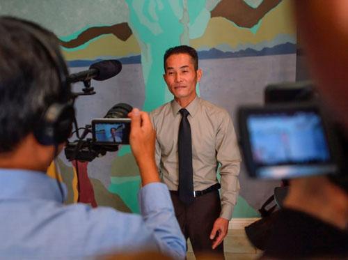 Tung Nguyen trong buổi họp báo được tổ chứctại Santa Ana, quận Cam, bang California, vào ngày 28/2 nhằm tuyên bố kiện ICE vi phạm luật liên bang khi bắt giữ người gốc Việt chờ trục xuất. Ảnh:ORC.
