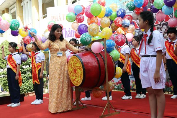 Cô Đoàn Thị Thủy, hiệu trưởng trường tiểu học Trảng Dài đánh trống khai giảng năm học mới.