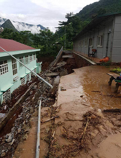 Điểm trường chính Tiểu học Tam Chung cũng hư hỏng nặng nề. Ảnh: Lam Sơn.