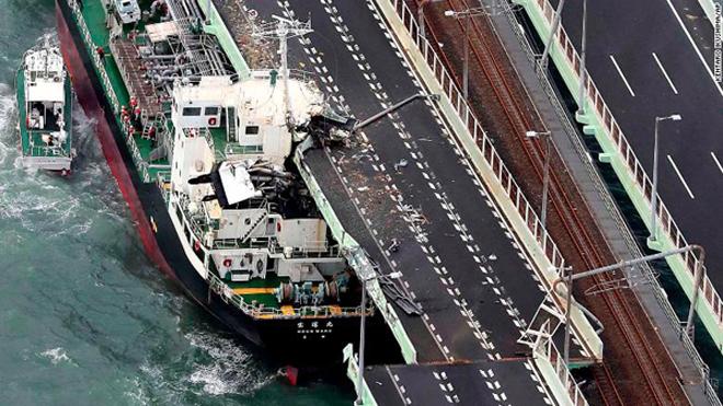 Bão Jebi tàn phá Nhật Bản, cuốn tàu lên đường phố
