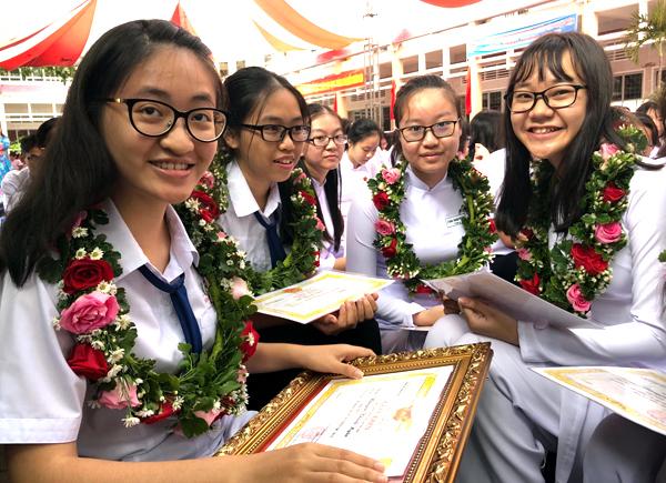 Các Cựu học sinh lớp 12 Trường THPT Châu Văn Liêm ở Cần Thơ đỗ thủ khoa các ngành đại học trong kỳ tuyển sinh vừa qua về trường cũ dự lễ khai giảng và được vinh danh.
