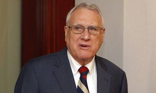 Cựu thượng nghị sĩ Jon Kyl trong buổi họp báo tại bang Arizona hôm qua sau khi được chỉ định thế chỗ của John McCain tại thượng viện. Ảnh:AP.