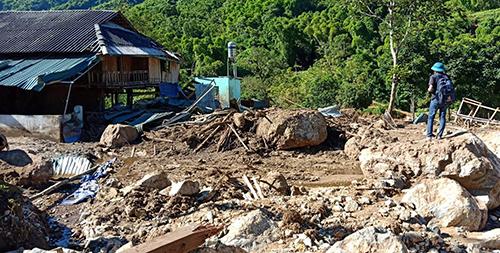 Cảnh tan hoang ở một bản làng xã Mường Chanh, huyện Mường Lát. Ảnh: Tây Tiến.