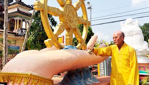 Hàng chục năm qua, duy nhất một nhà sư Thích Huệ Sanh cũng là trụ trì trông nôm ngôi chùa và bảo quản hàng trăm pho tượng tại đây. Ảnh: Cửu Long