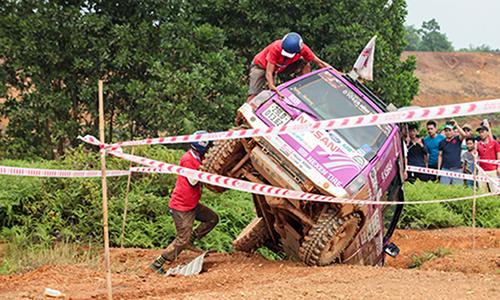 Hai vận động viên đang cố gắng đu chiếc xe xuống tại VOC 2017.
