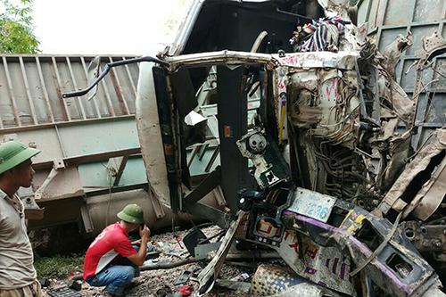 Xe tải biển kiểm soát Lào gây tai nạn khiến quốc lộ 12A tắc nhiều km. Ảnh: VĐ