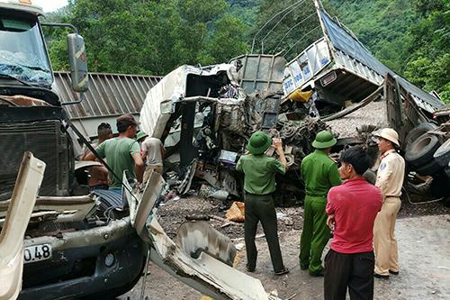 Hai vụ tai nạn liên tiếp khiến việc giải toả hiện trường gặp nhiều khó khăn. Ảnh: VĐ