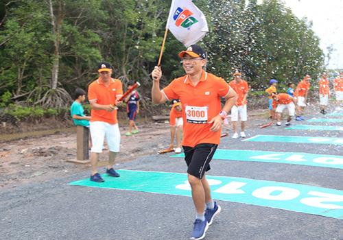 Tổng giám đốc FPT Telecom Hoàng Việt Anh là vận động viên thứ 3.000 đưa cờ về đích.