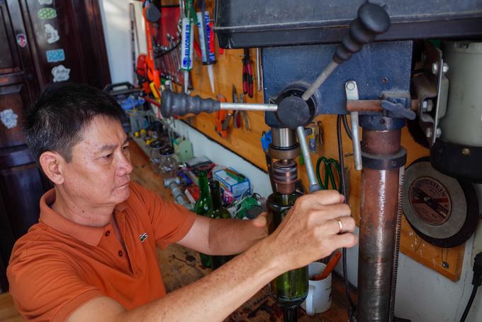 Người đàn ông hơn 15 năm tái chế chai lọ làm nội thất gia đình