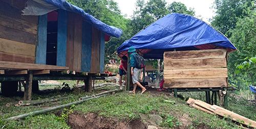 Hàng chục hộ dân bản Na Chừa bị mất nhà cửa, bà con đang dựng những căn nhà tạm để tránh trú mưa nắng. Ảnh: Tây Tiến.