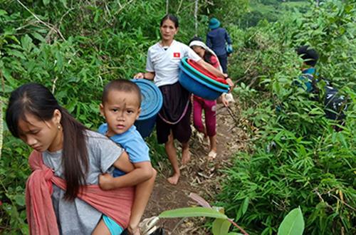 Người dân bản Na Chừa, xã Mường Canh trở về nhà sau gần một tuần chạy lũ. Ảnh: Tây Tiến.