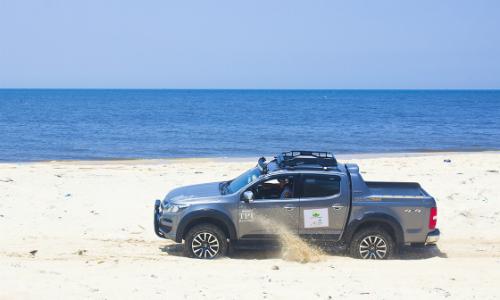 Một mẫu bán tải Chevrolet Colorado trên bãi biển Bình Thuận. Ảnh: Bá Công.