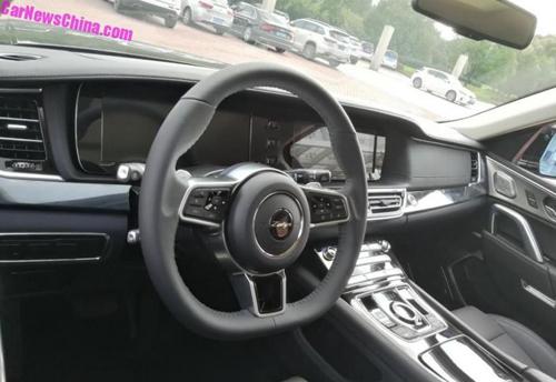 Nội thất cũng tương tự mẫu xe sang Anh quốc, nhưng vô-lăng lại giống Porsche.