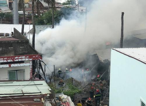 Cảnh sát PCCC tiếp cận dập lửa. Ảnh: Tin Tin.