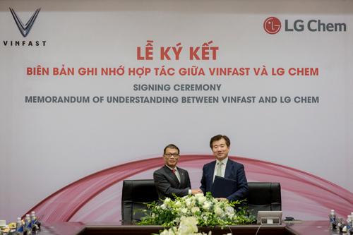 Ông Võ Quang Huệ - Phó Tổng giám đốc Tập đoàn Vingroup (trái) và ông Jong Hyun Kim (phải) Chủ tịch Công ty Giải pháp năng lượng thuộc LG Chem ký thỏa thuận hợp tác.