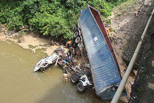 Xe đầu kéo lao xuống sông ở độ cao gần 15 mét. Ảnh:Quang Hà
