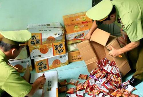 Hàng nghìn chiếc bánh trung thu được đóng vào các hộp bìa các tông bị quản lý thị trường phát hiện. Ảnh: Sơn Dương