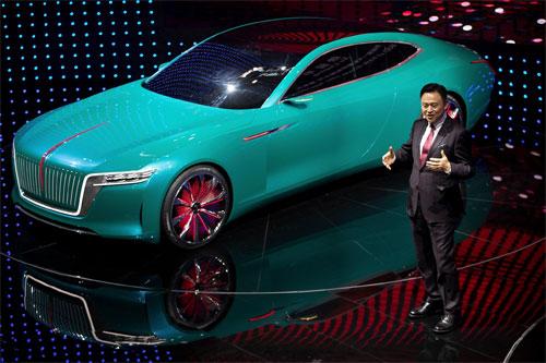 Chủ tịch FAW Từ Lưu Bình đích thân giới thiệu mẫu concept E-Jing GT tại triển lãm ôtô Bắc Kinh hồi tháng 4. Ảnh: AP.