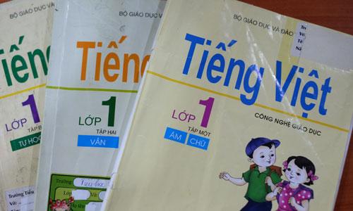 Tiếng Việt lớp 1 Công nghệ giáo dục gồm 3 tập, dạy học sinh đánh vần theo nguyên tắc phân tích ngữ âm học. Ảnh: Quỳnh Trang.