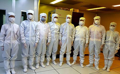 Nhóm nghiên cứu trong phòng thí nghiệm. Ảnh: TC.