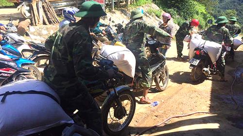 Bộ đội dùng xe máy vận chuyển gạo và hàng cứu trợ tiếp tế cho đồng bào ở Mường Lát. Ảnh: Tây Tiến.