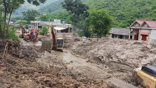 Hiện tuyến quốc lộ 15C và 16 đi huyện Mường Lát vẫn chưa thông do hàng vạn khối đất đá sạt lở chắn ngang đường. Ảnh: Tây Tiến.