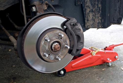 Hệ thống phanh đĩa trên ôtô, má phanh có thể bị kép chắc vào đĩa mà không nhả.