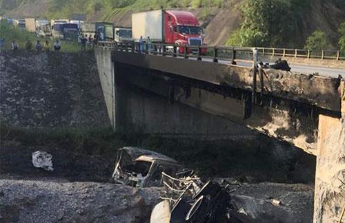 Cầu trên cao tốc Nội Bài -Lào Cai bị hư hỏng nặng sau vụ tai nạn.Ảnh: Hùng Cường