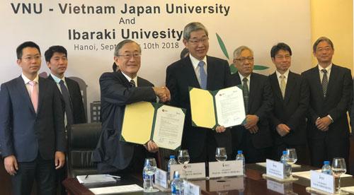 GSFuruta Motoo, Hiệu trưởng Đại học Việt Nhật và GSMimura Nobuo, Giám đốc đại học Ibaraki ký hợp tác. Ảnh: BN.