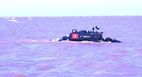 Tàu ngầm Trường Sa 01- phiên bản tàu ngầm đầu tiên do doanh nhân, kỹ sư Nguyễn Quốc Hòa chế tạo chạy thử nghiệm trên vùng biểnThái Bình vào năm 2013.