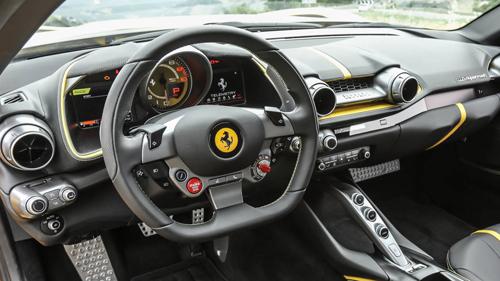 Vô-lăng phẳng đáy trên xe Ferrari.