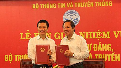 Từ trái qua: Ông Nguyễn Mạnh Hùng và ông Trương Minh Tuấn tạiLễ bàn giao nhiệm vụ Bí thư Ban cán sự Đảng, Bộ trưởng Thông tin Truyền thông. Ảnh: MIC.