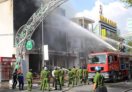 Sau hơn 3h đồng hồm ngọn lửa được khống chế nhưng vật dụng tại quán bar đã bị thiêu rụi. Ảnh: Ngọc Trường.