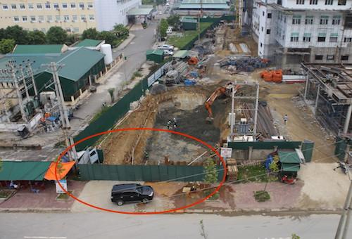 Đường Hồ Tông Thốc nơi bị bịt (vòng tròn đỏ) để bàn giao mặt bằng. Ảnh: Nguyễn Hải.