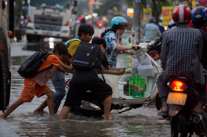 Nhiều người Sài Gòn ngã nhào trên đường ngập ngày triều cường