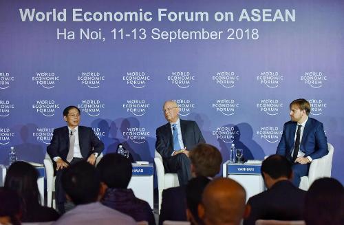 Thứ trưởng Bùi Thanh Sơn (trái) và Chủ tịch WEF - Klaus Schwab (giữa) trong sự kiện sáng nay. Ảnh: Giang Huy