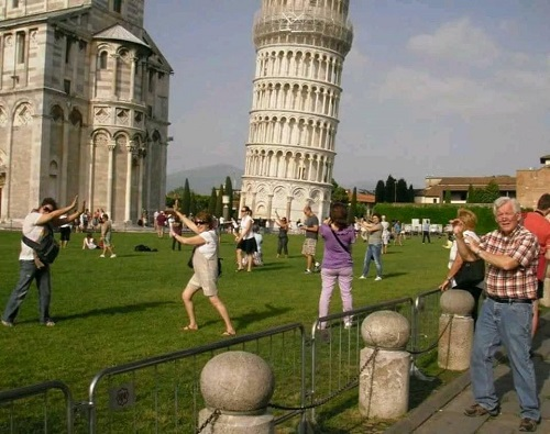 Phía sau những bức ảnh sống ảo với tháp nghiêng.