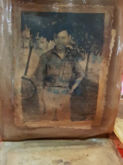 Bức chân dung chiến sĩ được tìm thấy trong bóp da.Ảnh: Phước Tuấn.