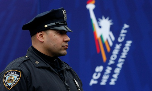 Một cảnh sát đứng gác tại vạch đích cuộc chạy đua marathon New York ngày 5/11/2017. Ảnh: Reuters.