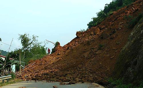 Hàng nghìn m3 đất đá đổ xuống chia cắt quốc lộ 15A qua Thanh Hoá. Ảnh: Q. H.