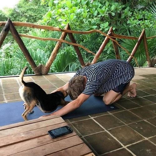 Yoga đôi cho chủ và cún cưng.