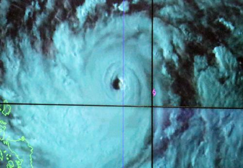 Mắt siêu bão Mangkhut lúc 18h ngày 13/9. Nguồn: NCHMF.