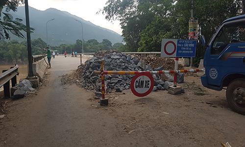 Xe cơ giới hiện không được phép lưu thông qua cầuLa Hán. Ảnh: Lam Sơn.