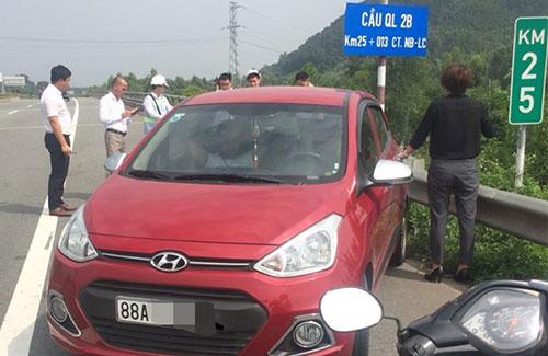 Đơn vị quản lý cao tốc Nội Bài - Lào Cai chặn chiếc xe chạy ngược chiều. Ảnh. Lê Việt Anh