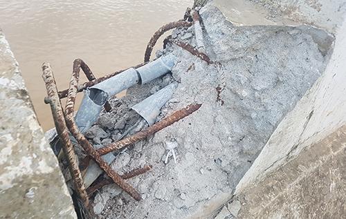 Nhiều vị trí trên các thanh dầm bị gãy, tròi lõi thép. Ảnh: Lam Sơn.