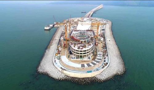 Hàng trăm nghìn khối bêtông nhỏ bao quanh đảo nhân tạo làm thành hàng rào chắn sóng cho cây cầu. Ảnh: KHL Group.
