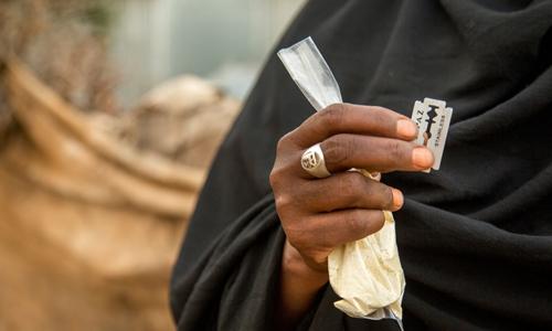 Dao lam, bột đông máu thường được sử dụng trong thủ thuật FGM tại Somalia. Ảnh: Quỹ Dân số Liên Hợp Quốc.