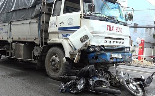 Khi cuốn hai xe máy vào gầm và lao đi hàng chục mét, ôtô tải mới dừng lại. Ảnh: An Phú